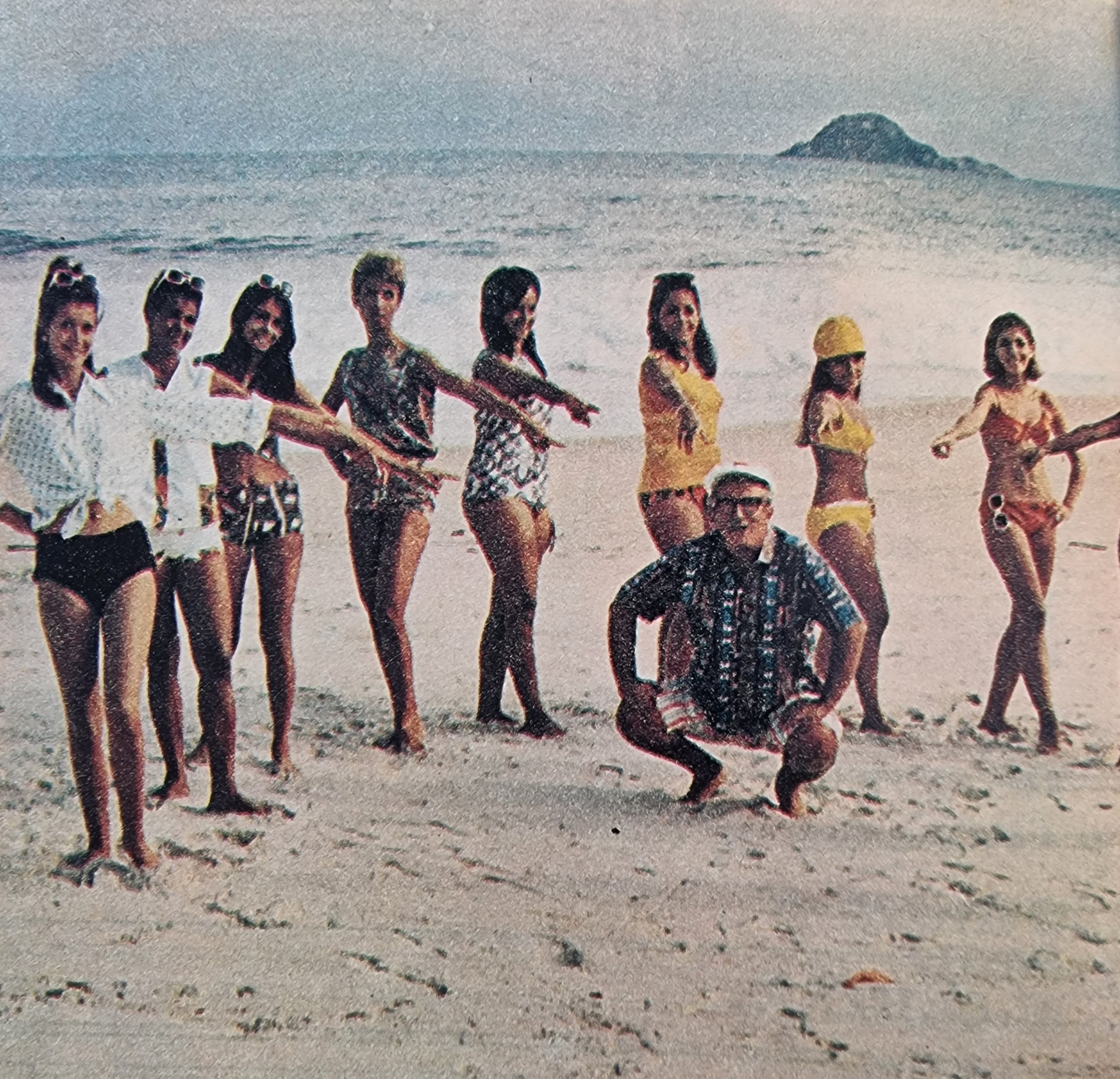 Chacrinha 'descendo até o chão' em praia no Rio de Janeiro